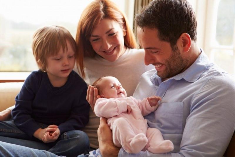 famiglia serena accoglie neonato mamma papà figlio primogenito serenità