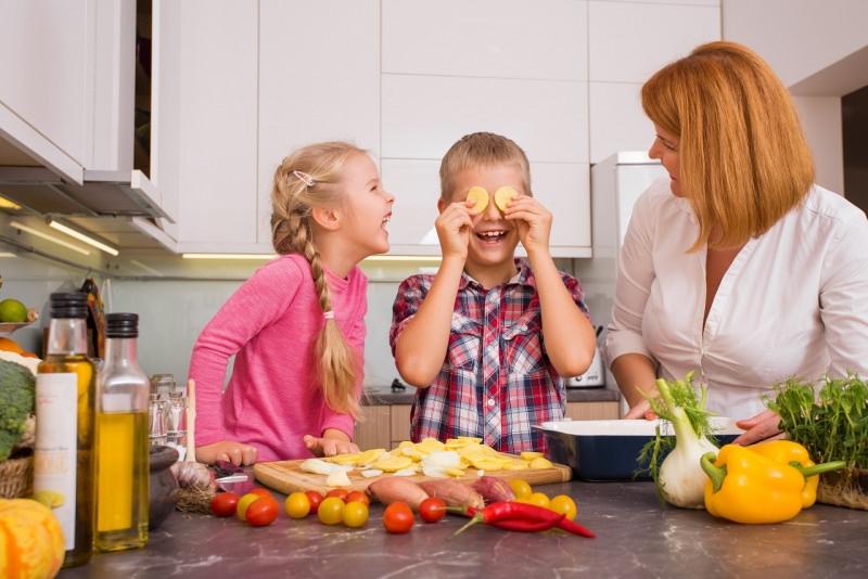 tutti insieme in cucina famiglia felice gioca cucinare