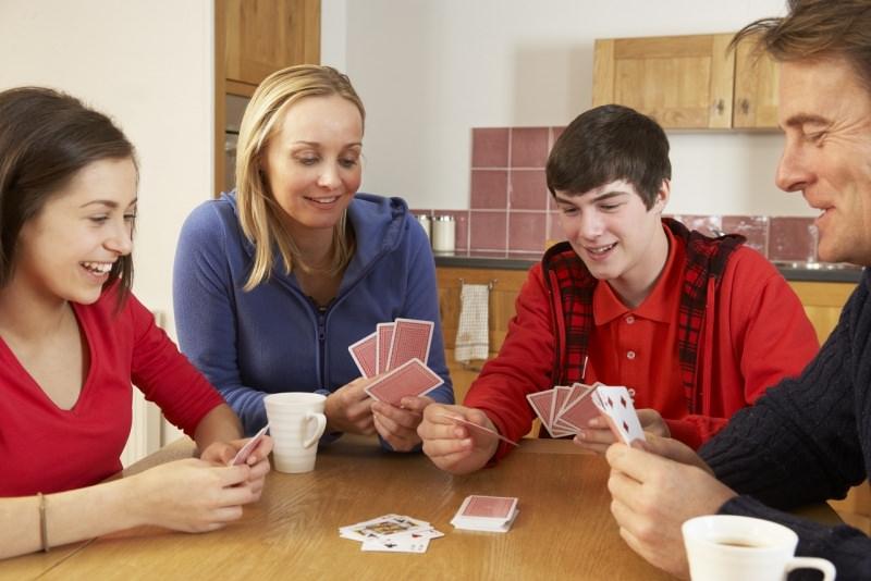 famiglia gioca a carte in cucina a casa sorrisi