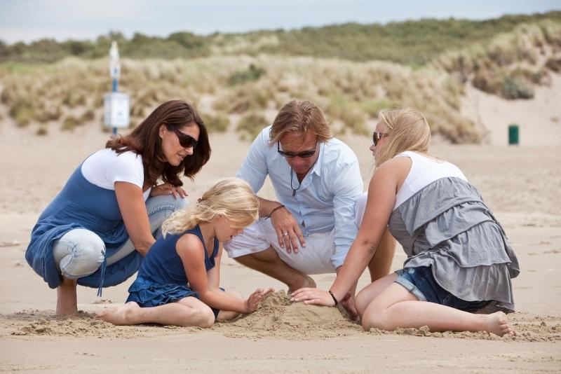 famiglia sulla spiaggia bambini gioco sabbia