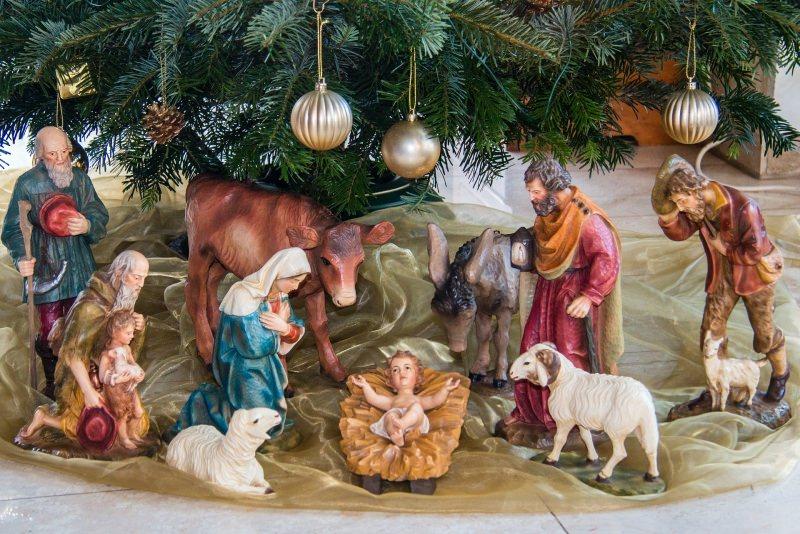 Perché fare il Presepe di Natale: significato, storia e tradizioni albero personaggi statuine Sacra Famiglia Gesù pastori