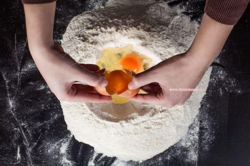 fontana di farina uovo impasto pasta fresca su piano di lavoro