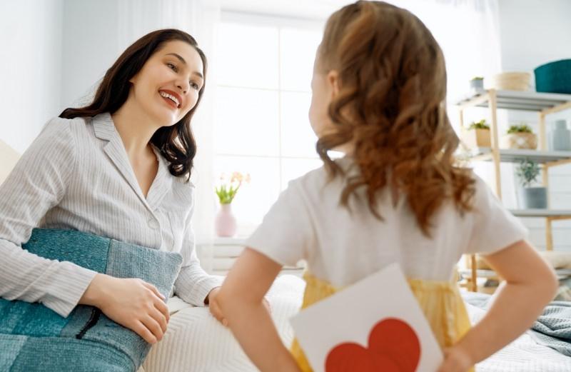 bambina figlia mamma sorriso regalo sorpresa biglietto cuore festa della mamma