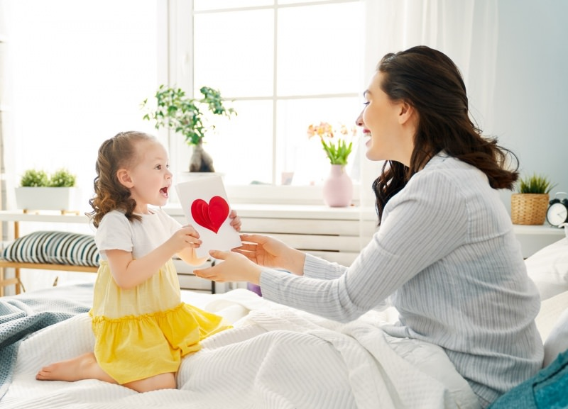 bambina figlia regala biglietto auguri con cuore pop up festa della mamma