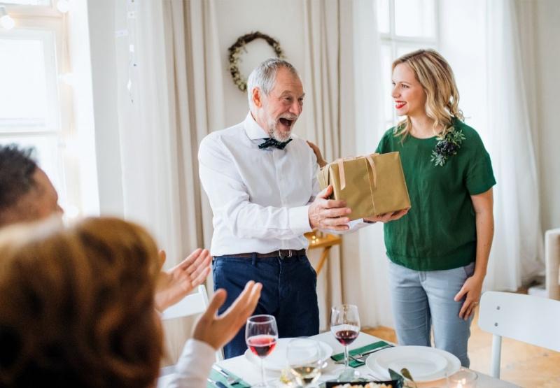 festa del papà pacco regalo festeggiamenti padre figlia tavola