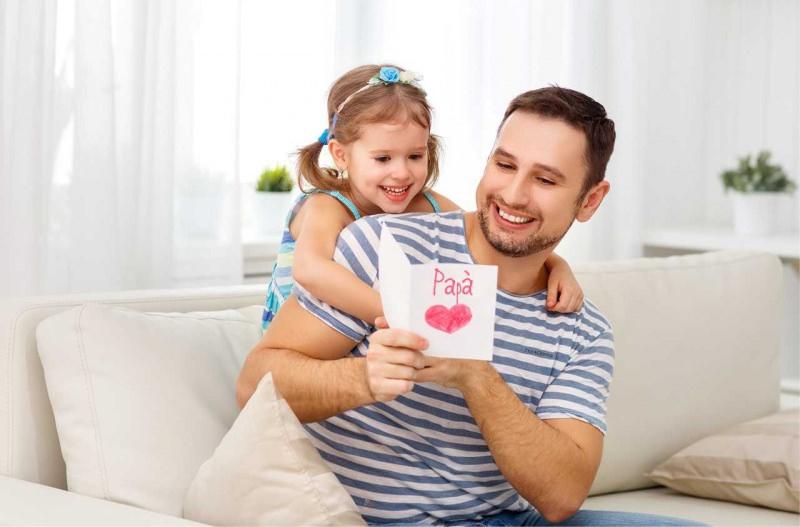 biglietto auguri festa del papà abbraccio figlia bambina
