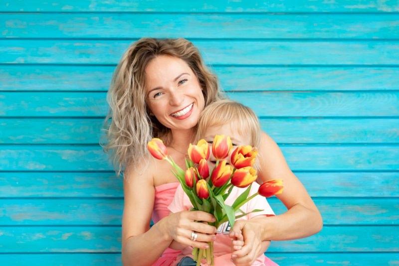 mamma e figlio sorrisi auguri tulipani rosso giallo festa della mamma