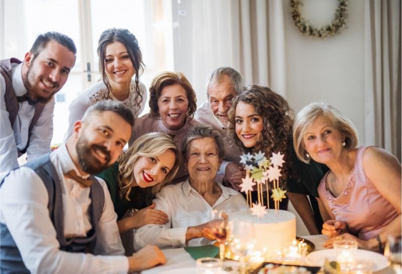festa della mamma anziana donne uomini famiglia torta sorrisi