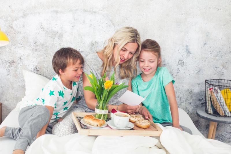 auguri festa della mamma colazione a letto figli madre biglietto tulipani gialli