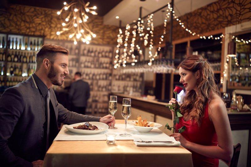 festa di san valentino cena romantica ristorante coppia rosa rossa