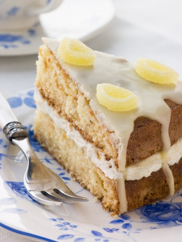 fetta torta limone soffice farcita con crema limone caramelle