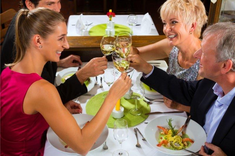 gamiglia genitori anziani cena brindisi con figli adulti ristorante