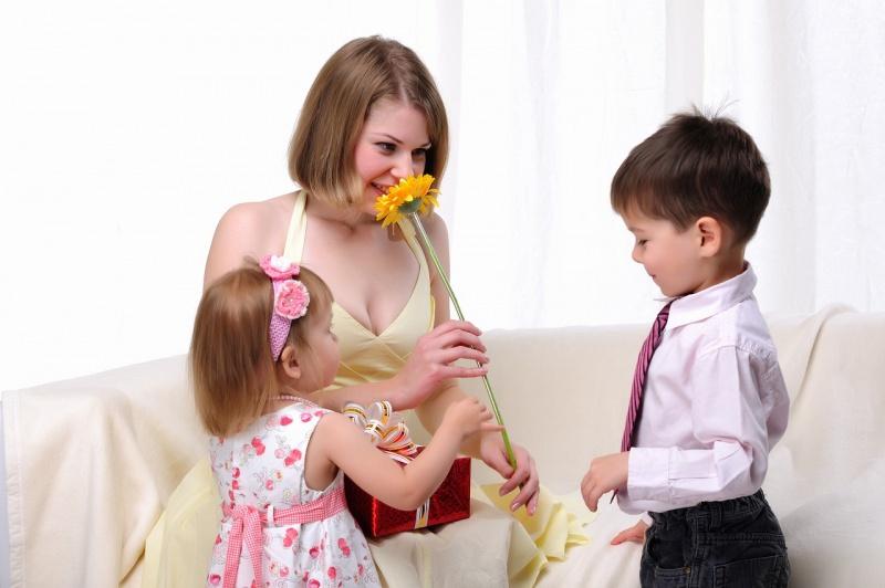 figli bambino bambina fiore pacco regalo festa della mamma