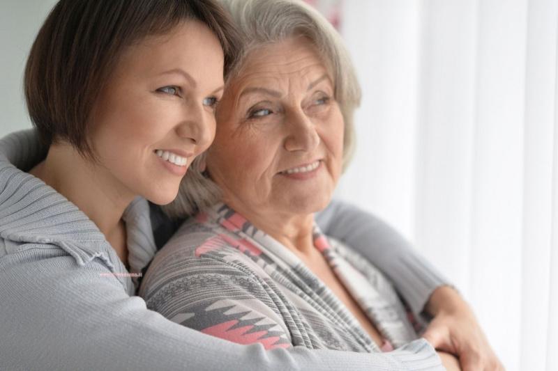 donna figlia adulta abbraccio mamma anziana sorrisi