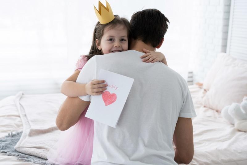 abbraccio bambina con corona principessa regalo biglietto auguri festa del papà
