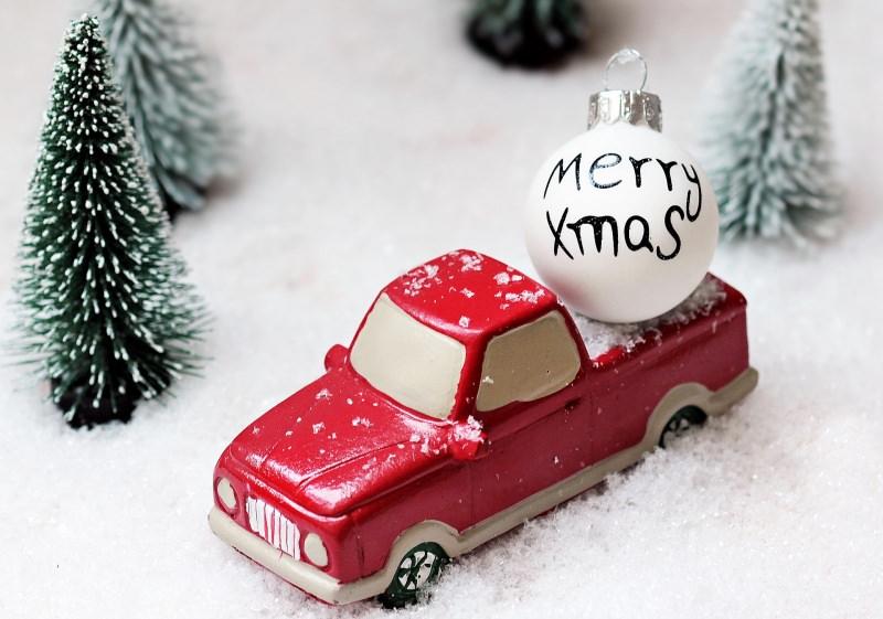 Come preparare il Natale in anticipo, da settembre/ottobre preparativi albero auto giocattolo rosso neve palla decoro bianca scritta Merry Xmas
