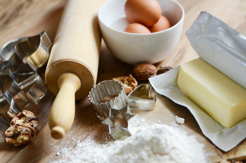 ingredienti burro mattarello farina forme biscotti