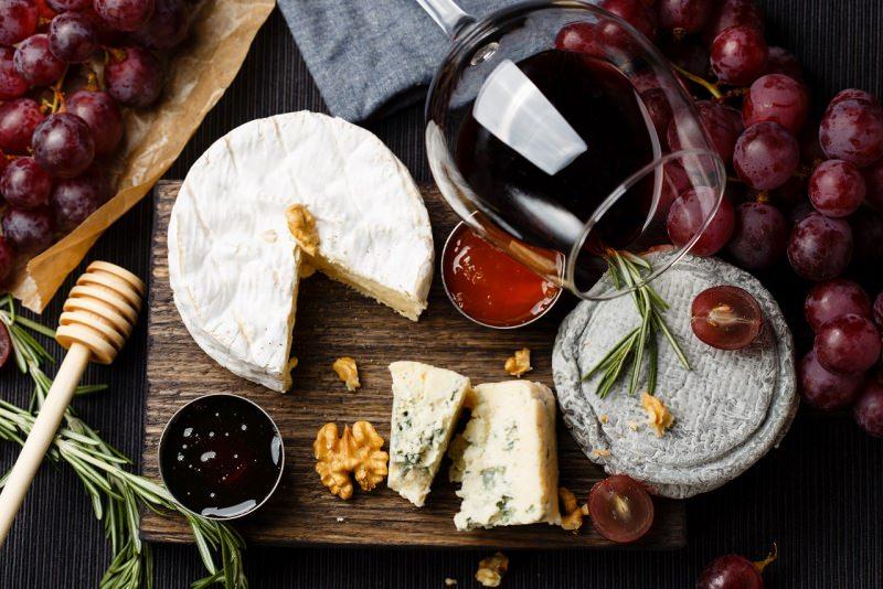 tagliere vino rosso formaggi rosmarino marmellata noci miele