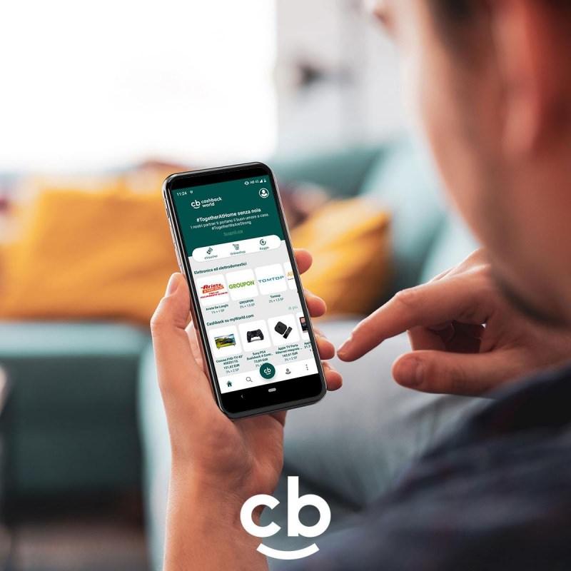 coobis cashback world smartphone in mano uomo
