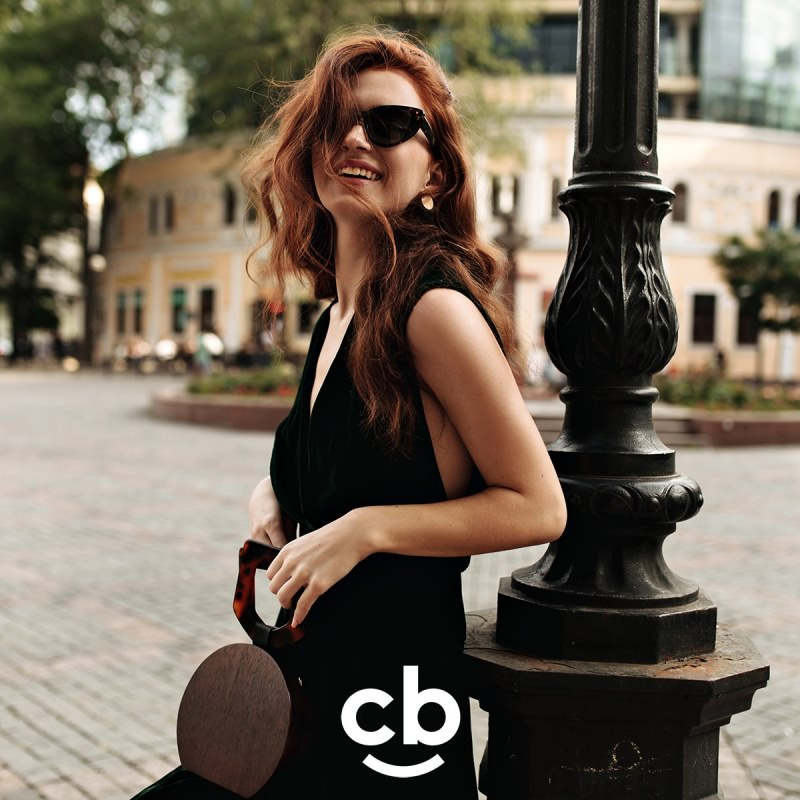 bella donna capelli lunghi rossi occhiali da sole shopping time