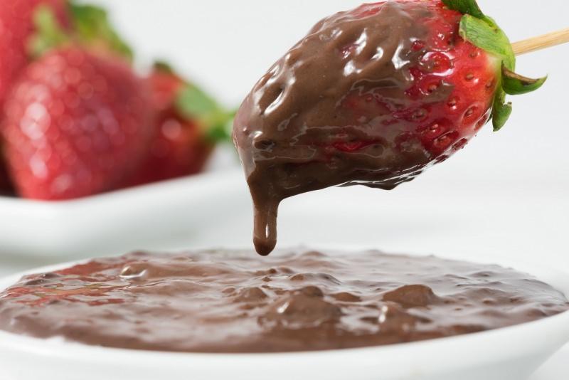 preparazione fragola ricoperta cioccolato fuso