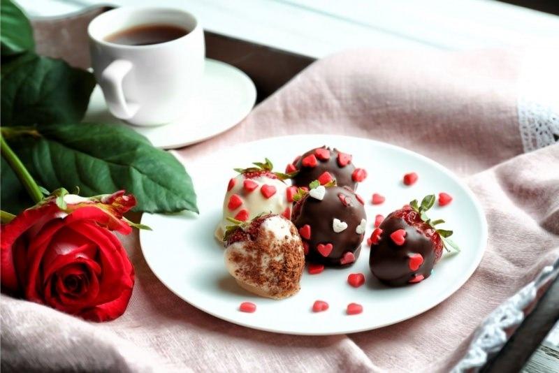 tazzina caffe piattino dolce fragole ricoperte cioccolato decoro cuore
