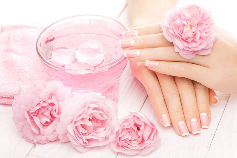mani bellissime unghie curate ciotola acqua petali rosa telo spugna