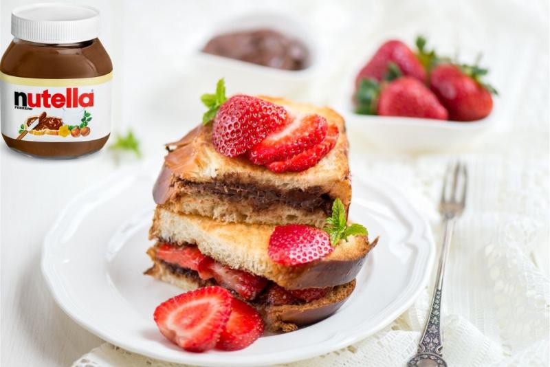 French toast a colazione con fragole e Nutella dolce dessert piatto forchetta