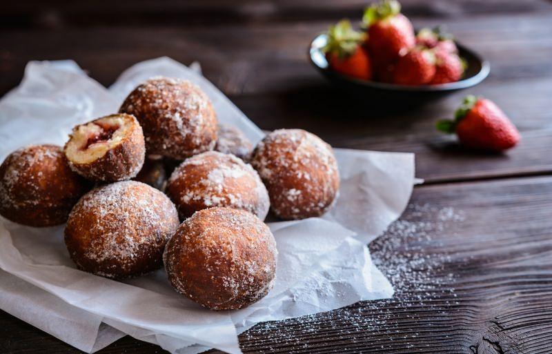 castagnole ripiene marmellata di fragole zucchero semolato