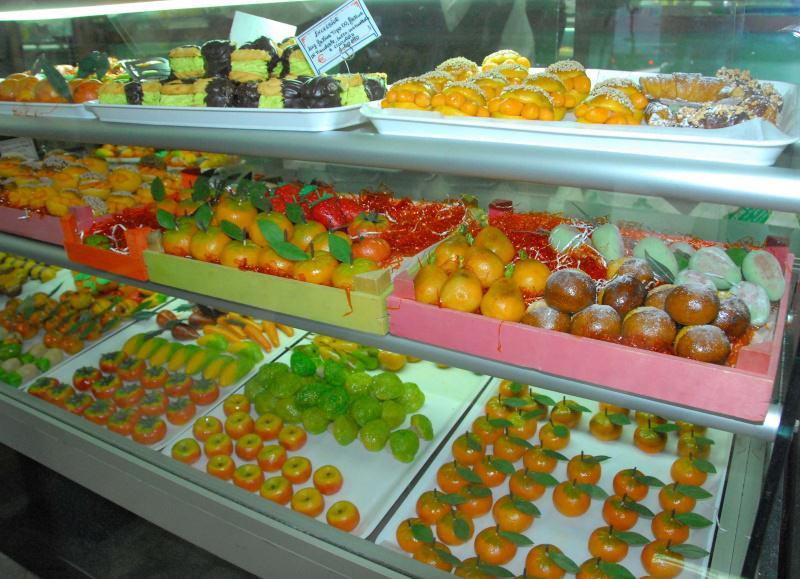 Come fare la frutta martorana ricetta siciliana frutta martorana pasticceria vetrina esposizione pasta di mandorle pasta reale festa dei morti sicilia palermo