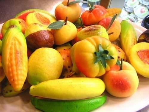 come fare la frutta martorana ricetta siciliana frutta di martorana pasta di mandorle pasta reale forme pannocchia mais fico d'india limone pomodoro pesca banane castagne