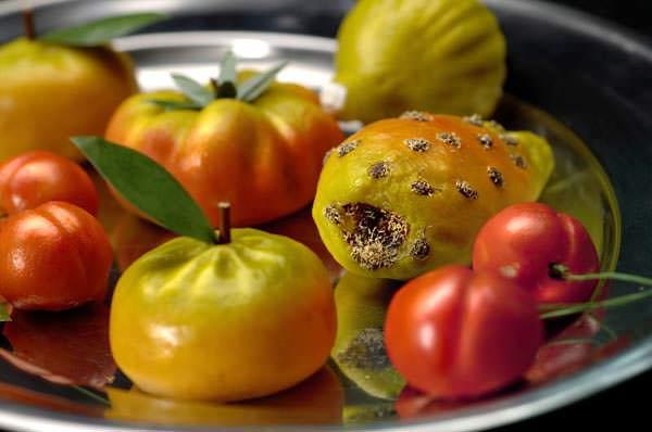 Come fare la frutta martorana ricetta siciliana frutta martorana pasta reale pasta di mandorle forme mandarini albicocche pomodoro fichi d'india vassoio festa dei morti ricetta sicilia ognissanti
