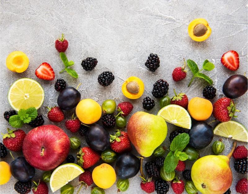 frutta di stagione estate lamponi prugne albicocca more mela fragole foglie menta pere fette limone