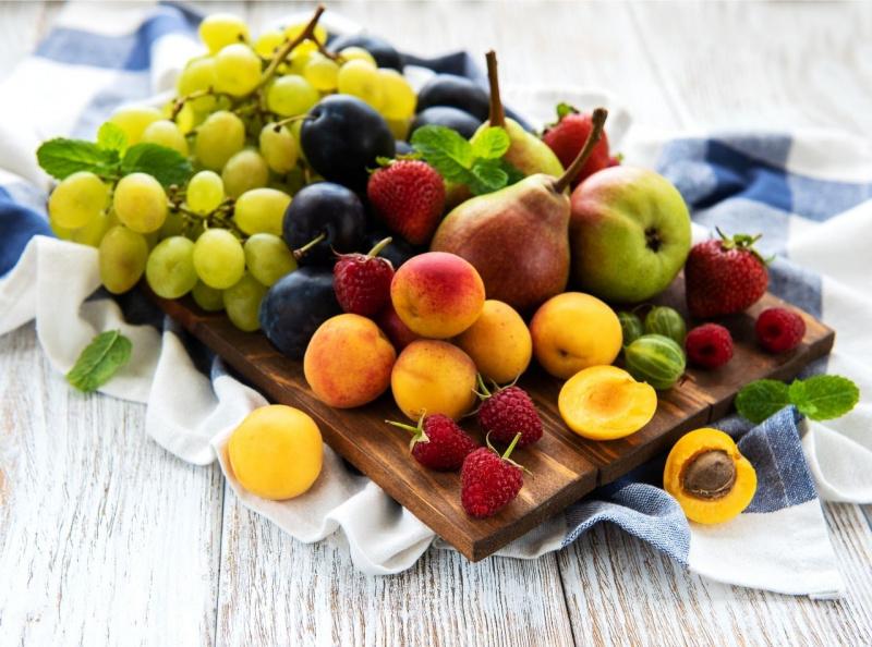 tagliere legno frutta estiate uva prugna fragole albicocca lamponi