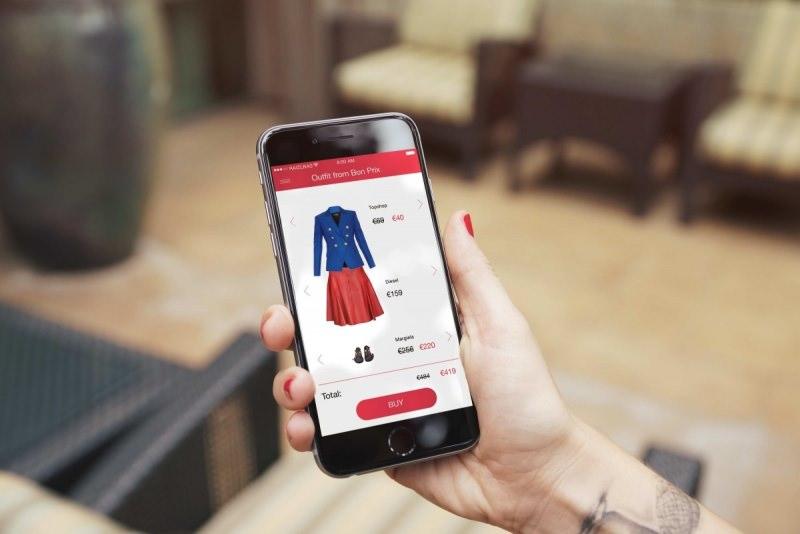 foto da fulloutsourcing.it shopping smartphone mano donna smalto unghie rosso poltrona Spedizioni economiche e anonimato: l'e-commerce a misura di donna