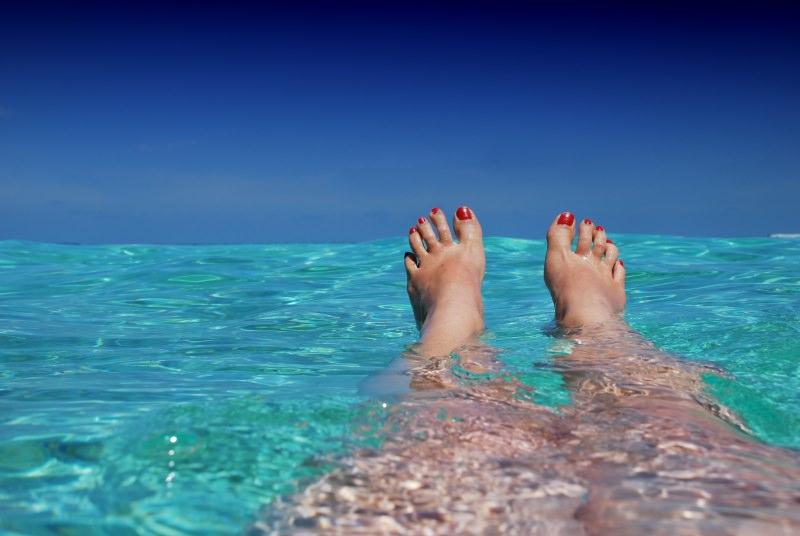 6 consigli beauty per l'estate bellezza mare acqua azzurra gambe piedi smalto unghie rosso
