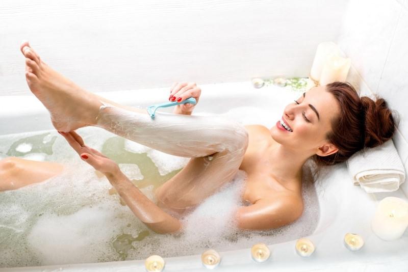 depilazione gambe donna rasoio vasca sorriso schiuma