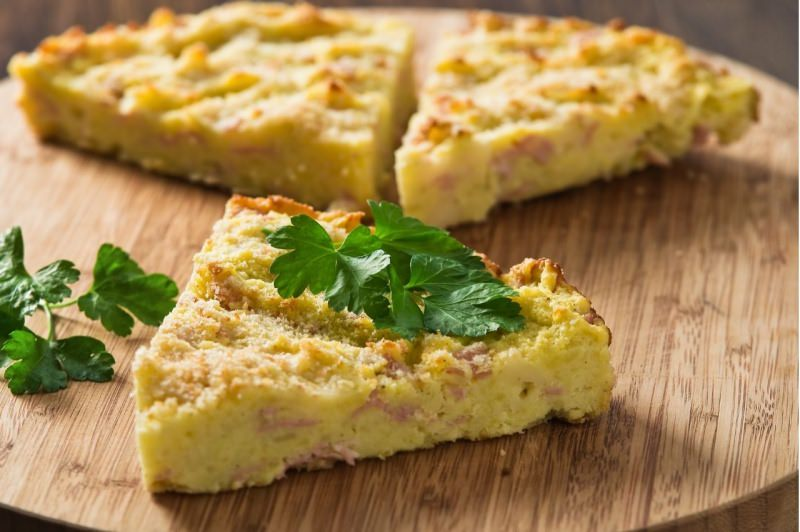 gâteau o gattò di patate e prosciutto servito a fette triangoli prezzemolo
