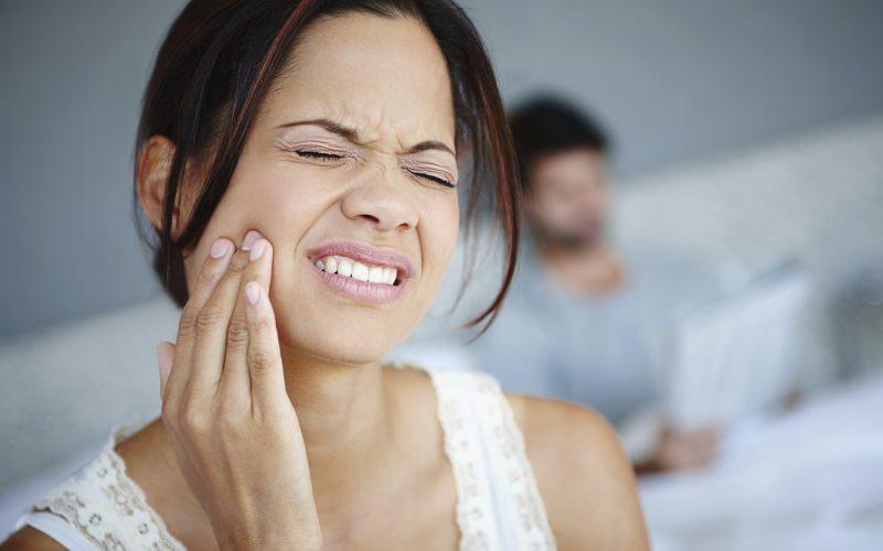 Gengivite e gengive sensibili: le buone abitudini da adottare dolore