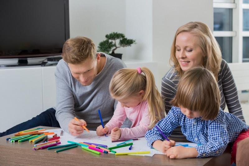 famiglia papà mamma figlio figlia bambini dipingono matite colori