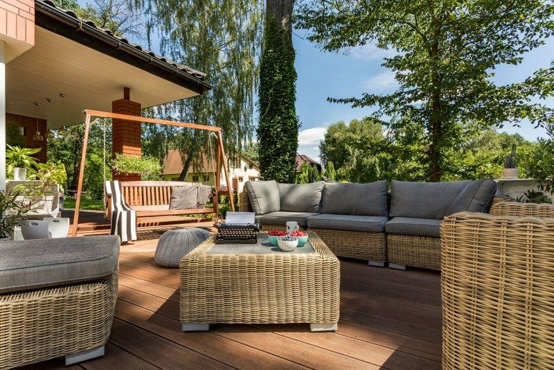 giardino arredato altalena dondolo fivani cuscini tavolo piante