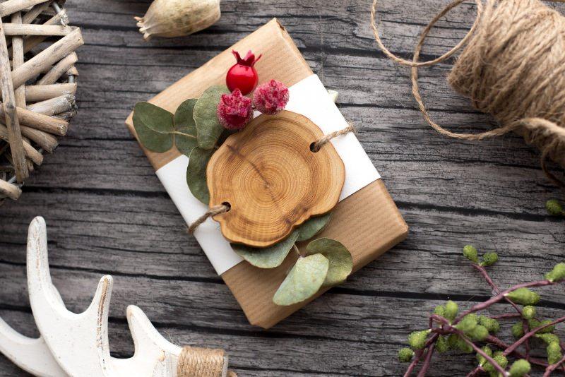 Albero di Natale in stile scandinavo | Decorazioni natalizie nordiche pacco regalo carta kraft legno foglie frutti rossi bacche