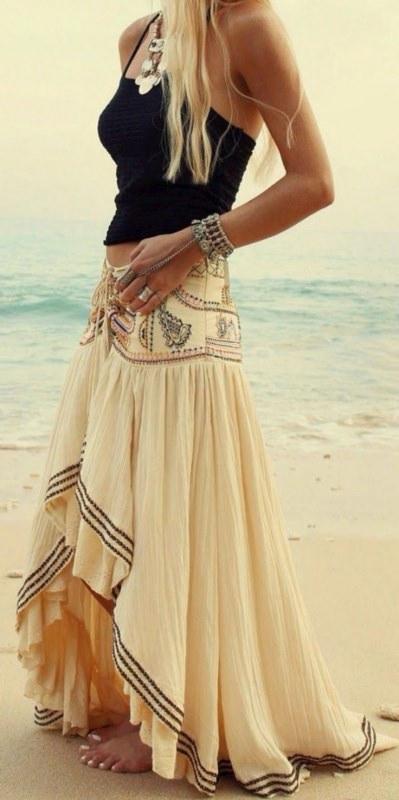 """Mini guida ai """"gioielli in vacanza"""" gonna ampia stile hippie nomade boho style canotta nera bracciale anello collana donna capelli lunghi biondi spiaggia piedi nudi sabbia estate mare"""