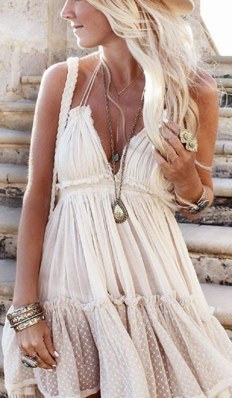 """Mini guida ai """"gioielli in vacanza"""" donna capelli lisci biondi abbronzatura abito estivo bianco prendisole collane pendente bracciali anello estate anelli bijoux tessuto leggero pois"""