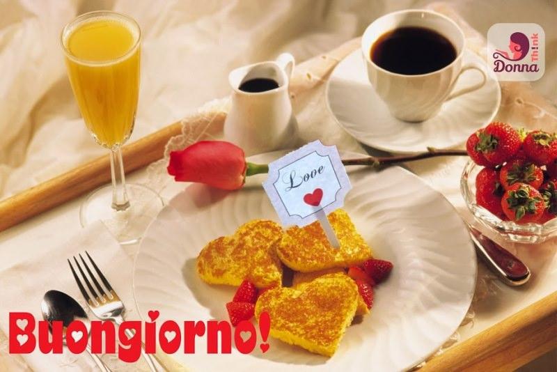 Quale regalo fare per San Valentino per lui e per lei colazione a letto buongiono spremuta arancia calice cristallo vassoio legno piatto porcellana bianca frittelle forma di cuore scritta Love fragole ciotola vetro tazzina caffè rosa rossa