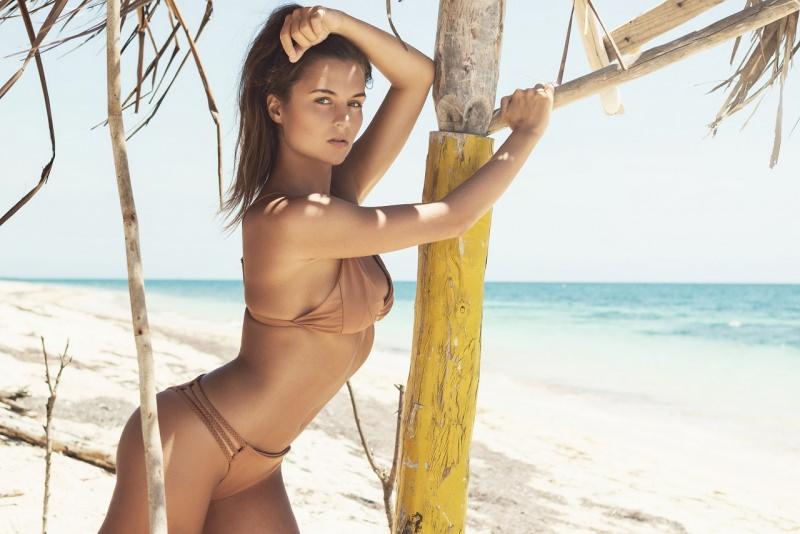 protezione solare giovane bella donna tipo mediterraneo fototipo 4 mare estate bikini capelli castani
