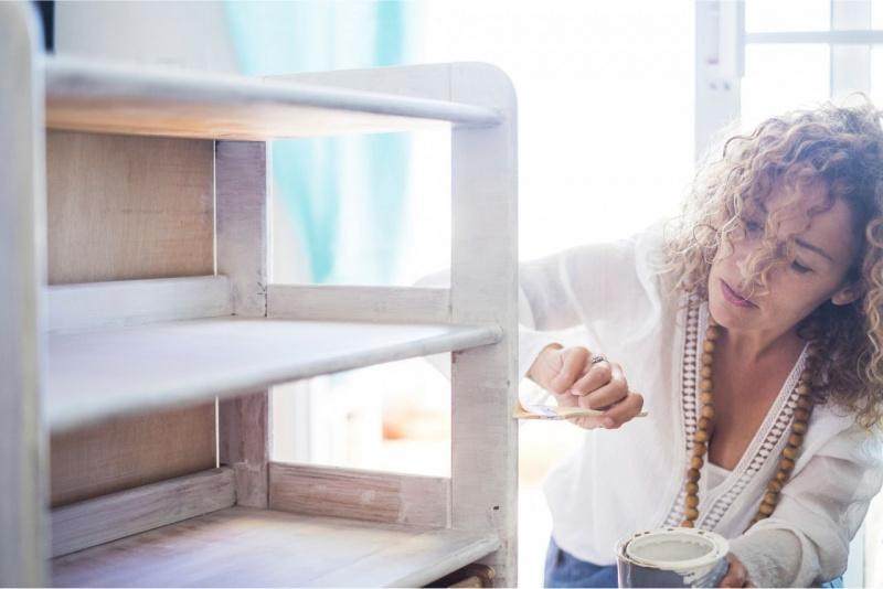 mobile casa riparazione donna capelli ricci colla pennello