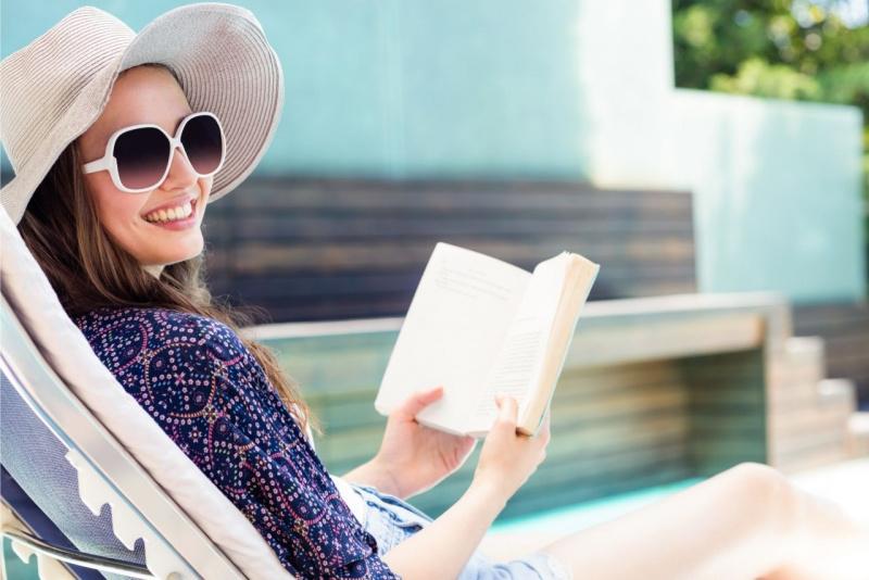lettura estate donna con cappello di paglia occhiali da sole sorriso