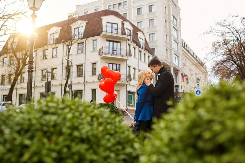 coppia innamorati uomo donna palloncini cuore rosso romantico