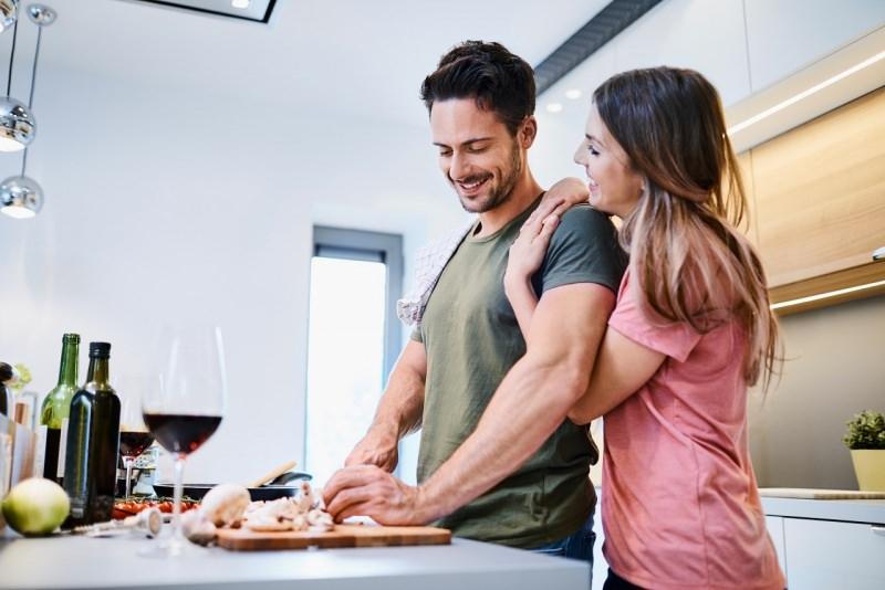 innamorati cucinano insieme cena romantica cucina uomo donna